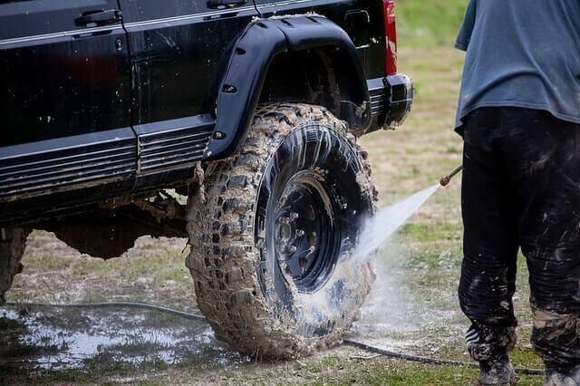 Laver facilement un véhicule avec un nettoyeur haute pression.