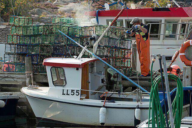 Entretenir un bateau avec un nettoyeur haute pression.