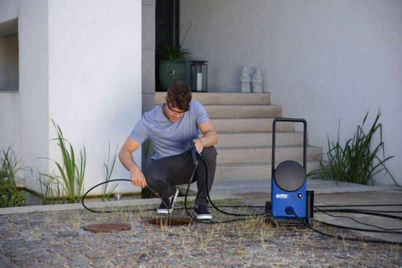 Nettoyage des canalisations avec l'un des nettoyeurs haute pression Nilfisk Core.