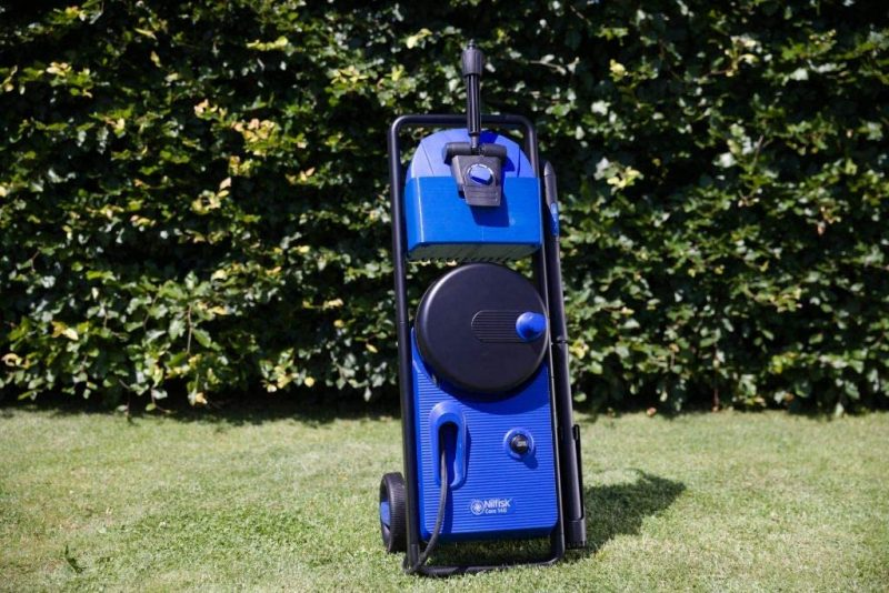 Nettoyeur haute pression Nilfisk Core dans le jardin.