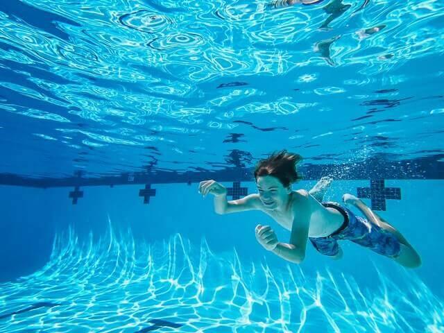 Nettoyer une piscine au karcher est un jeu d'enfant.